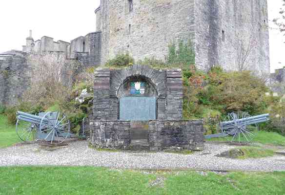 9.Clan MacRae War Memorial & Field Guns