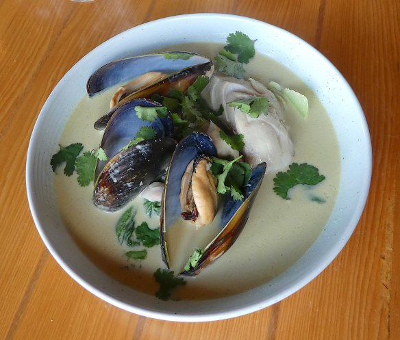 19.yellow curry with white fish & mussels