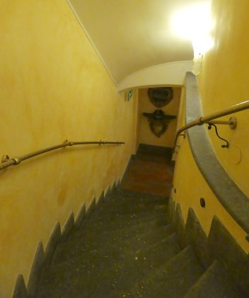 11.stairs to breakfast room